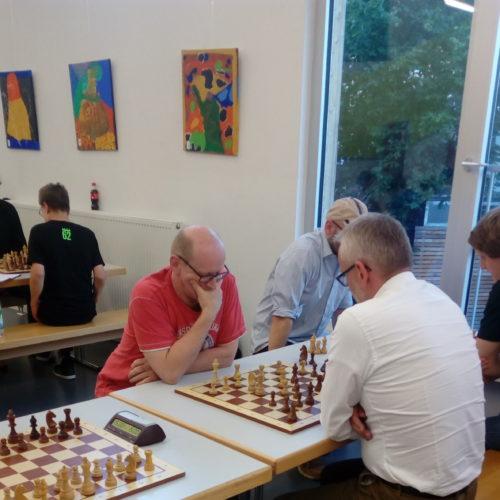 Sven Szalewa ist dem Ralf direkt in die Vorbereitung gelaufen. Eine spannende Partie, welche Ralf in gewonnener Stellung auf Zeit verlor. Sein Gegner hatte nur noch eine Sekunde auf der Uhr.