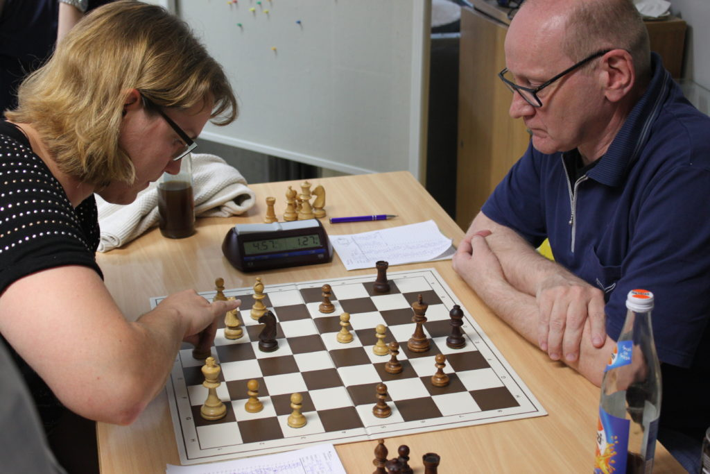 Ralf kämpft mit sich, seiner Stellung und der Gegnerin