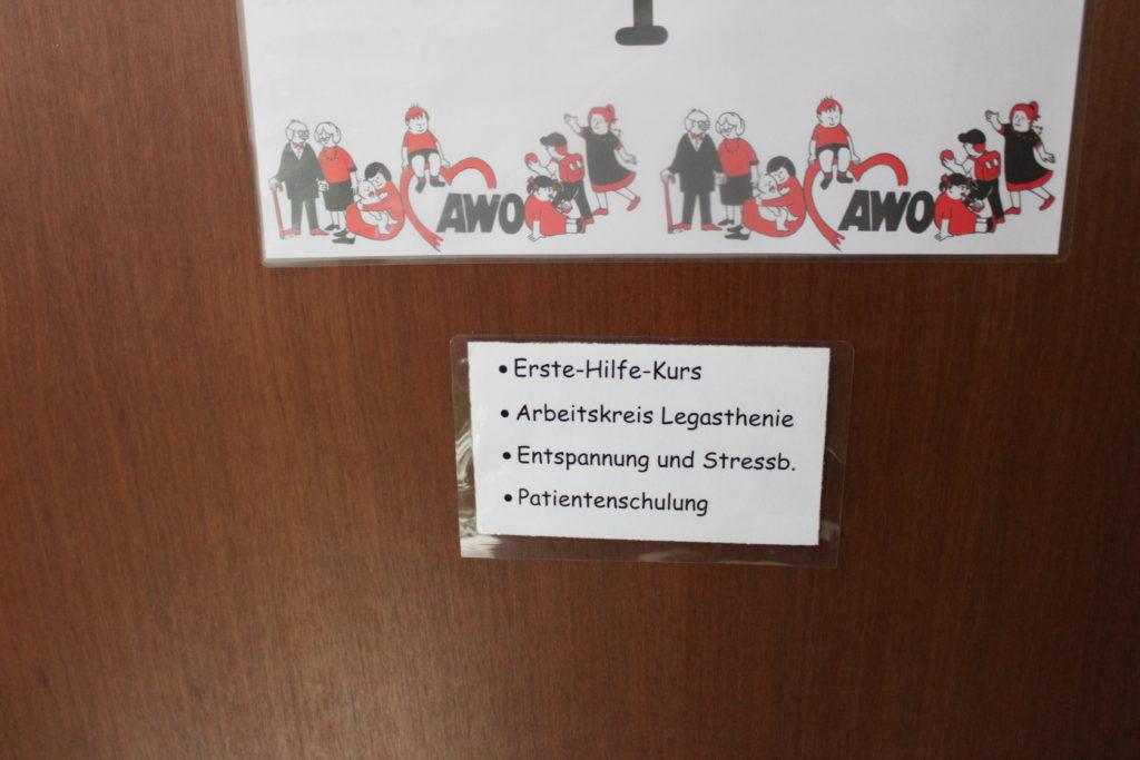 Die Beschriftung der Eingangstür zu unserem Spielraum.....