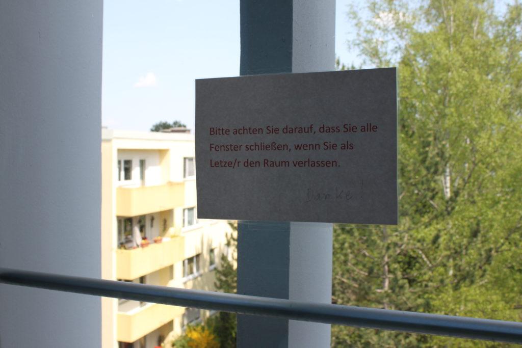 ....und ein paar Meter weiter die passende Beschriftung am Fenster :-)